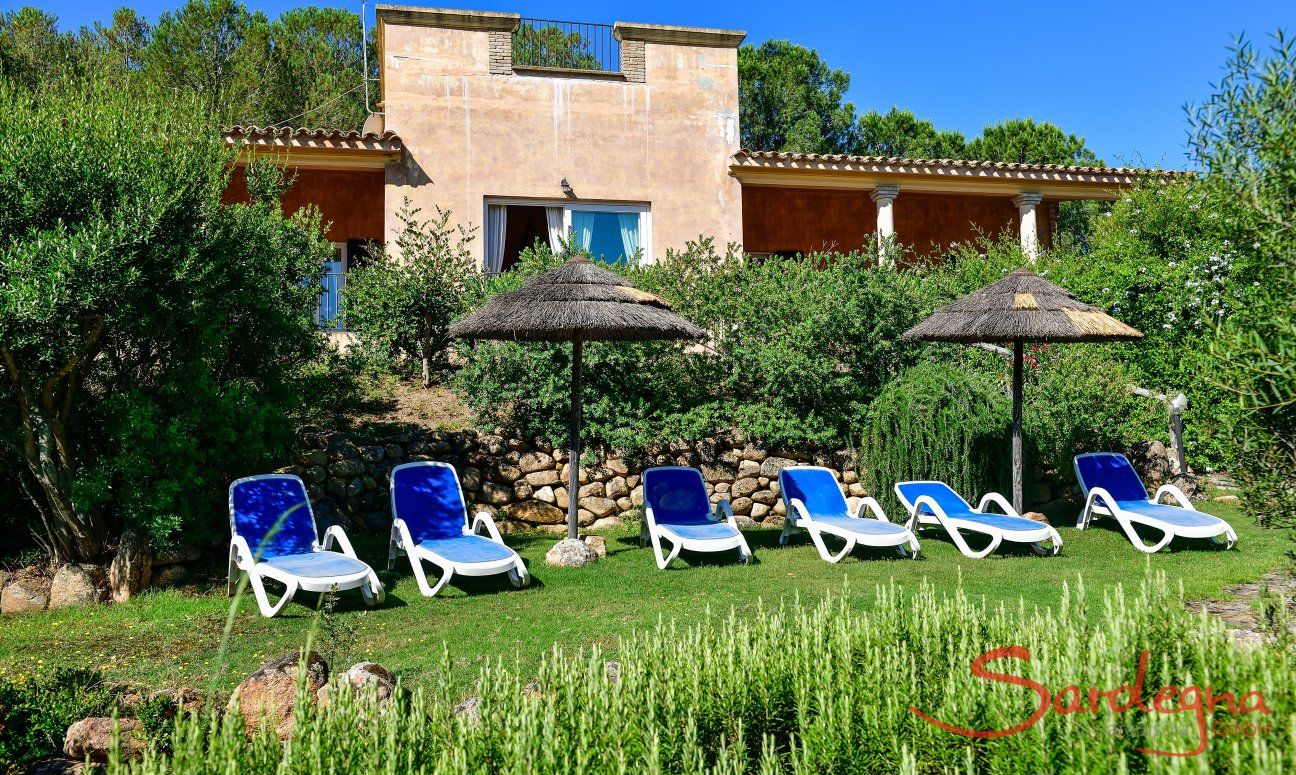 Sonnebaden im großflächigen Garten
