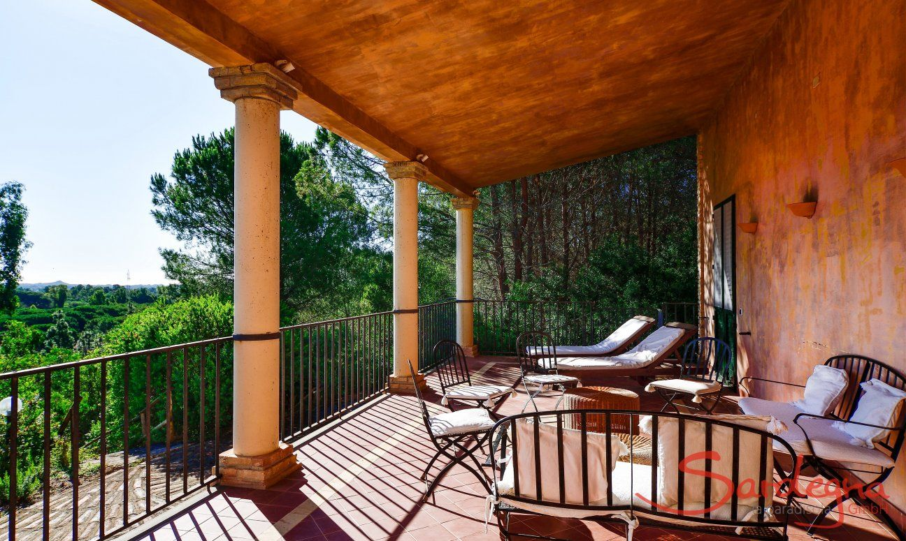 Terrasse Ostflügel mit Lounge-Möbeln und Sonnenliegen