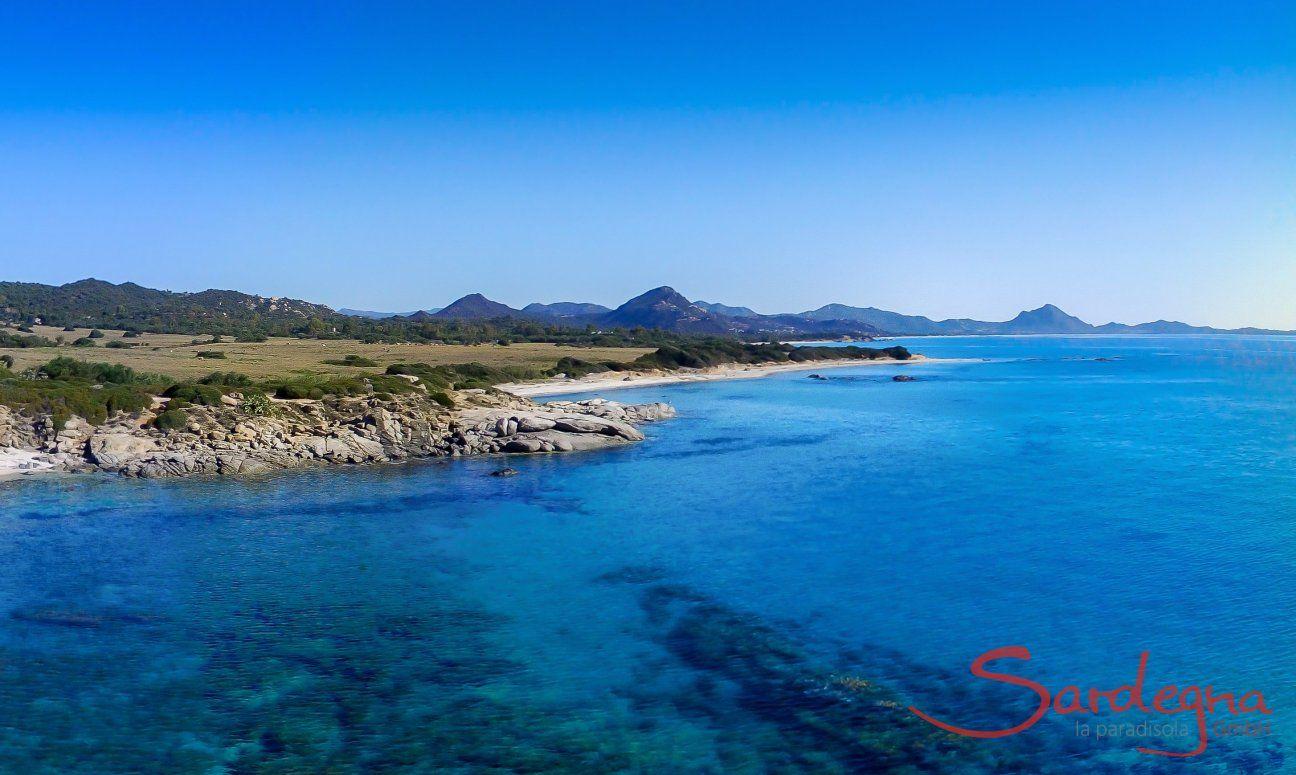 Luftansicht vom Strand und Meer von Sant Elmo Richtung Costa Rei