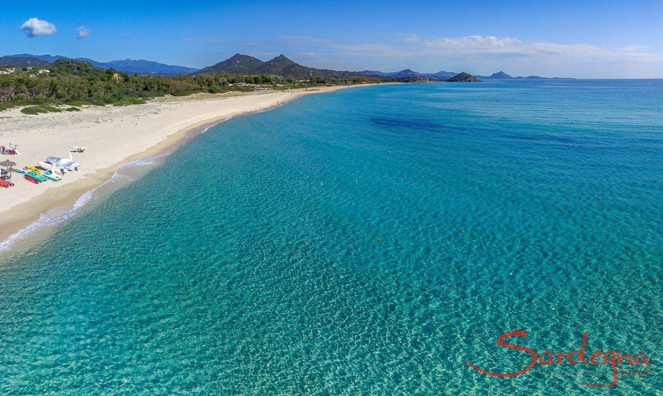 Sandstrand von Cala Sinzias mit seinem glasklaren Meer, nur 2 km von Li Conchi entfernt