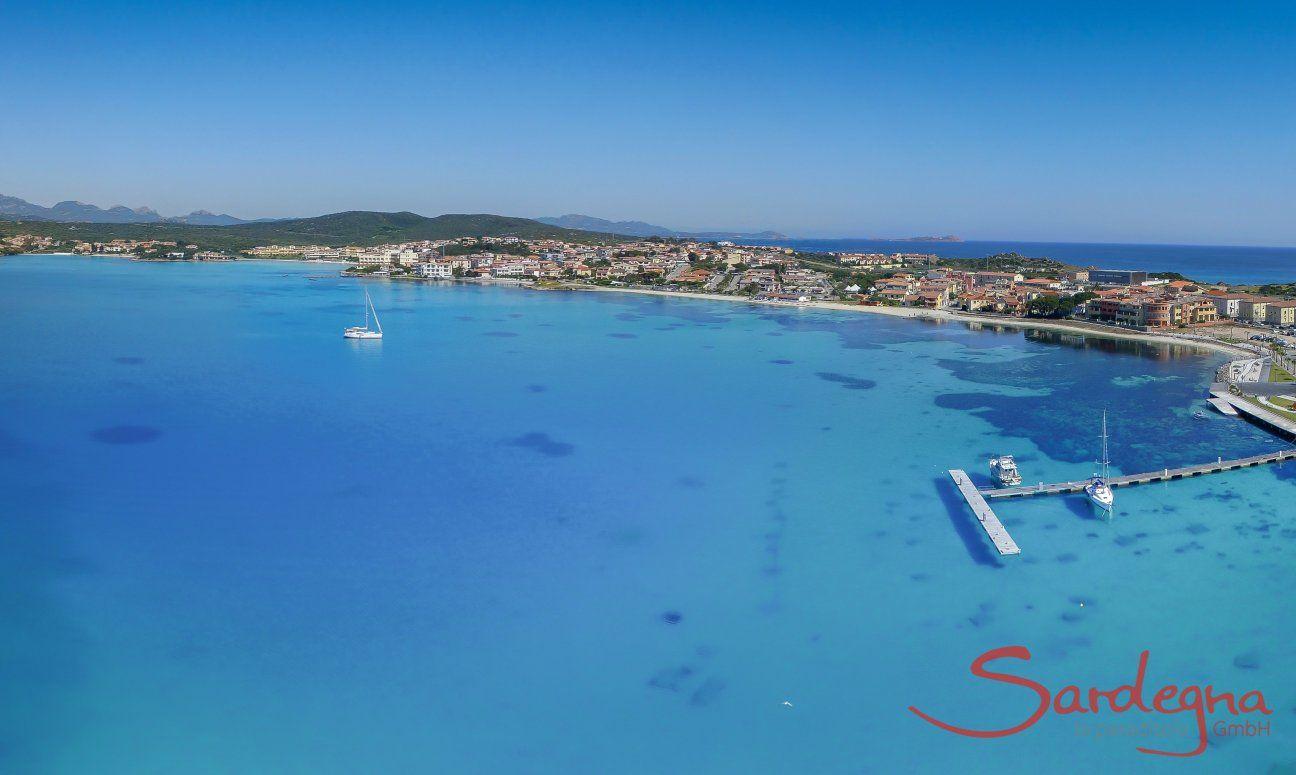 Luftansicht vom karibik blauen Meer vor Golfo Aranci