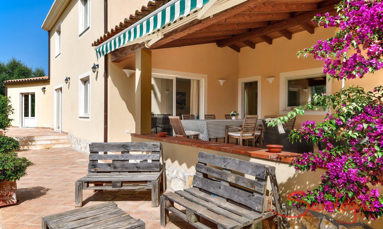 Großräumige, überdachte Terrasse mit Essbereich