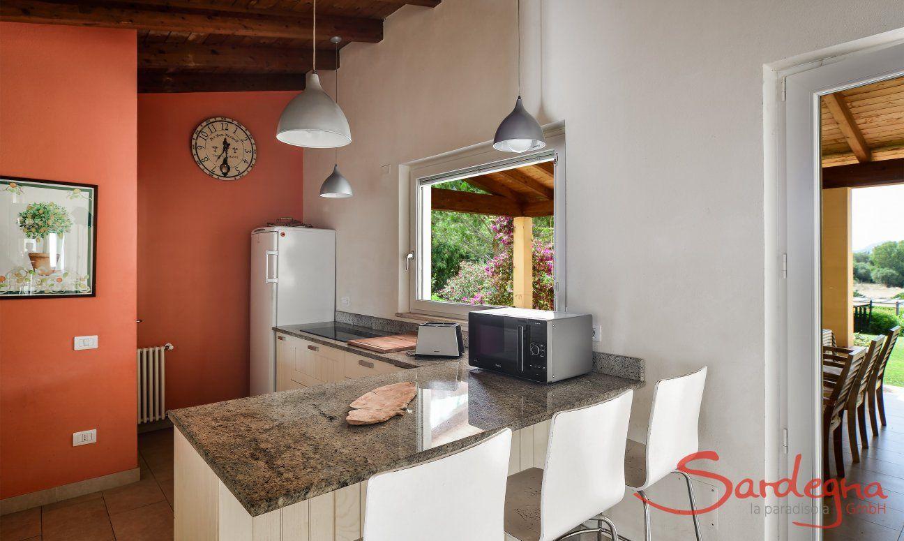 Helle Küche mit Blick auf die Terrasse