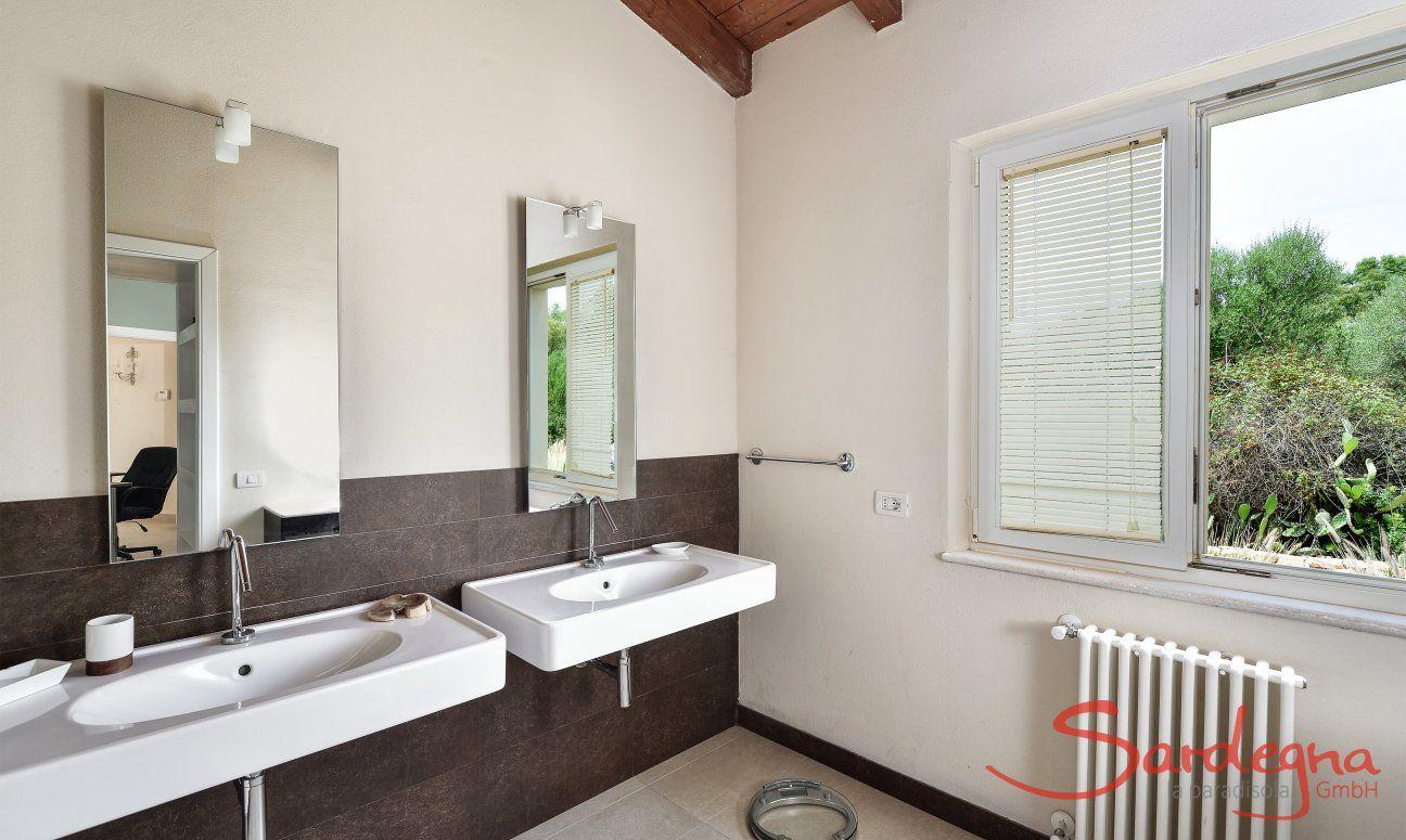 Badezimmer 1 mit zwei Waschbecken