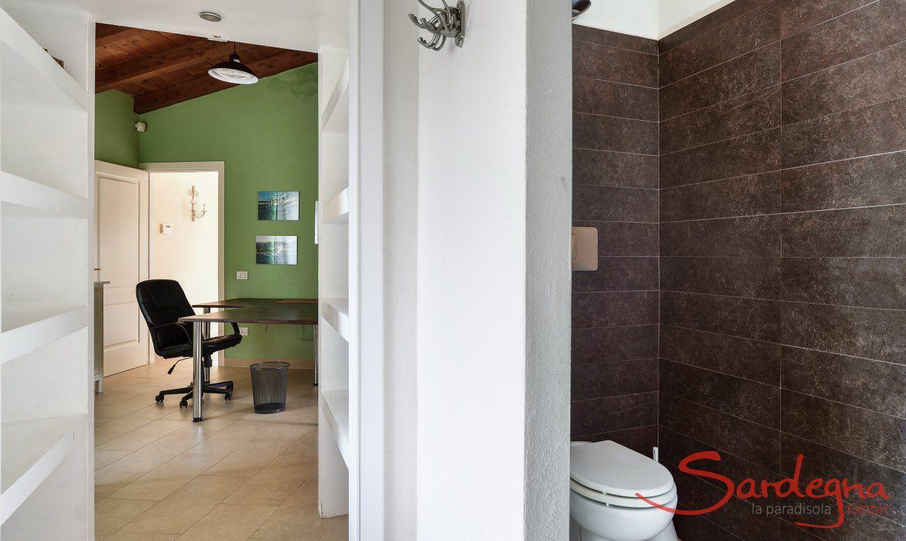 Badezimmer 1 mit Blick auf den Flur