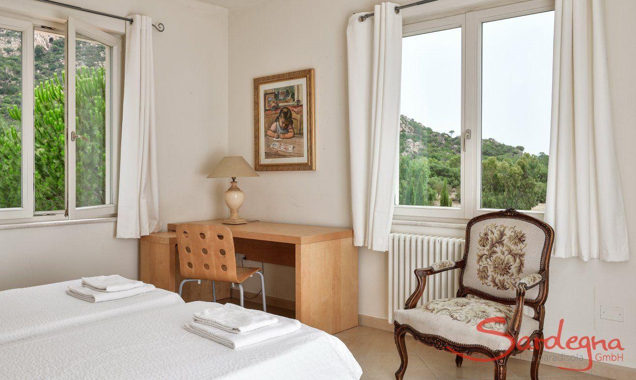 Schlafzimmer 2 mit Schreibtisch und Blick in die Natur