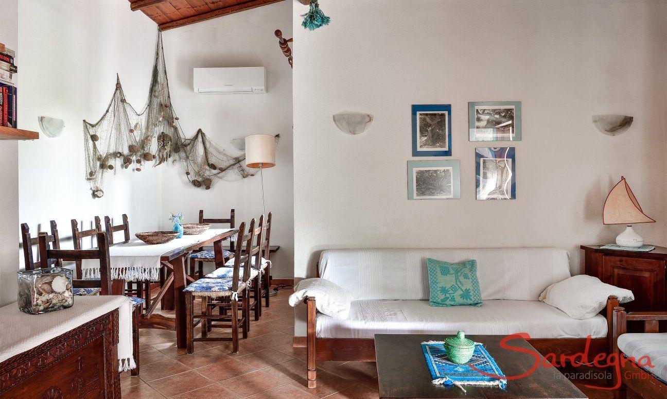 Wohnbereich mit Esstisch und Sofaecke
