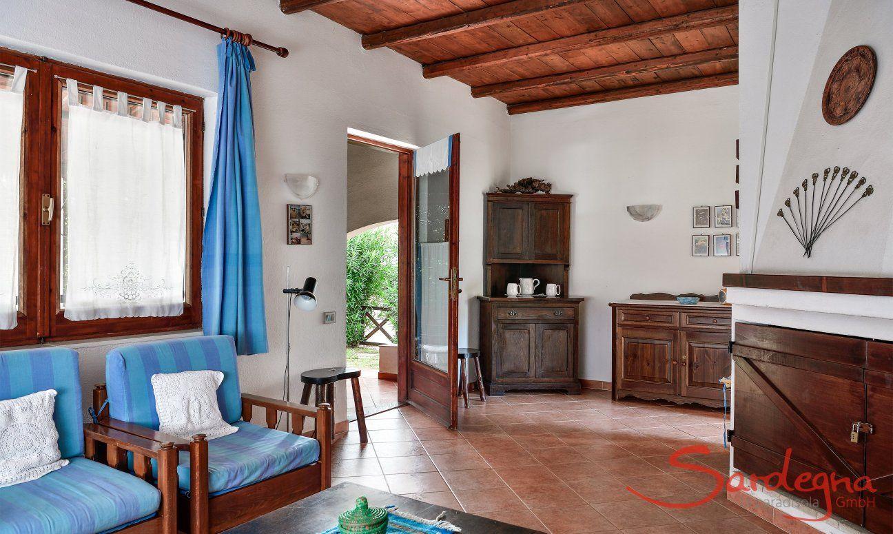 Wohnbereich mit Sofaecke und Terrassenzugang