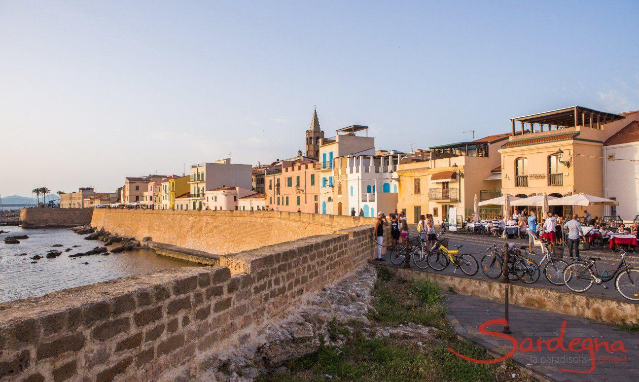Die Stadtmauer und erste Häuserreihe von Alghero grenzen direkt ans Meer