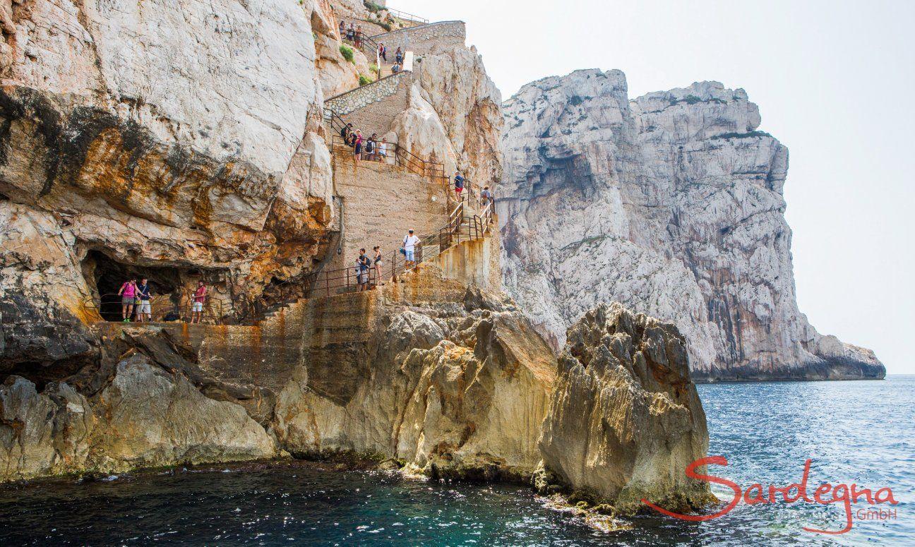 """Treppe und Eingang zur """"Grotte di Nettuno"""" bei Alghero"""
