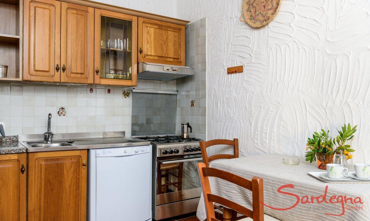 Küche mit allen wichtigen Geräten und Frühstückstresen