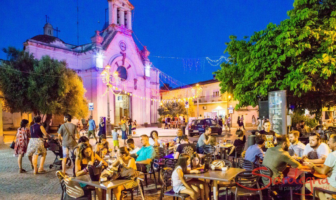 Belebter Dorfplatz im Sommer in Pula