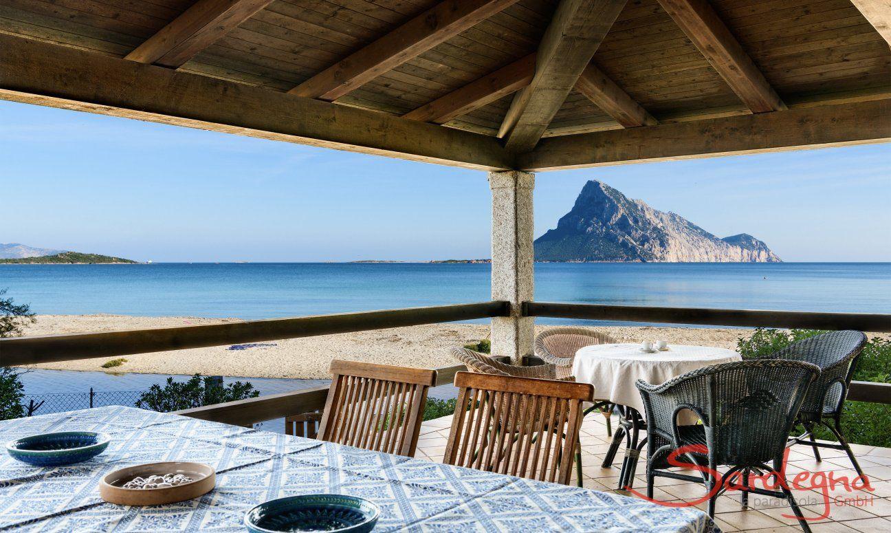 Terrasse mit Blick aufs Meer und die Insel Tavolara