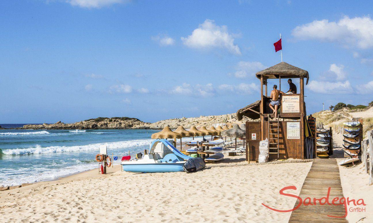 Strandbad mit Rettungsturm in Chia