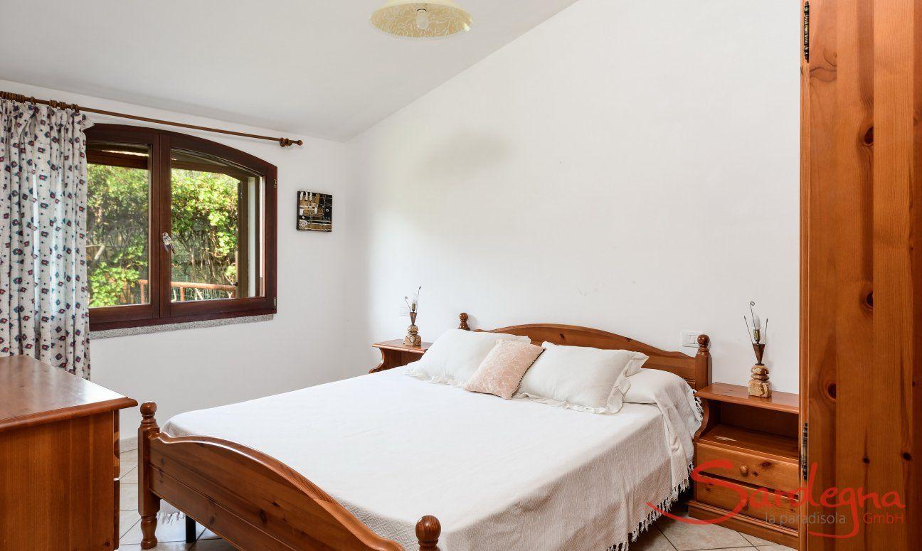 Schlafzimmer 2 mit Doppelbett und Fenster mit Gartenblick