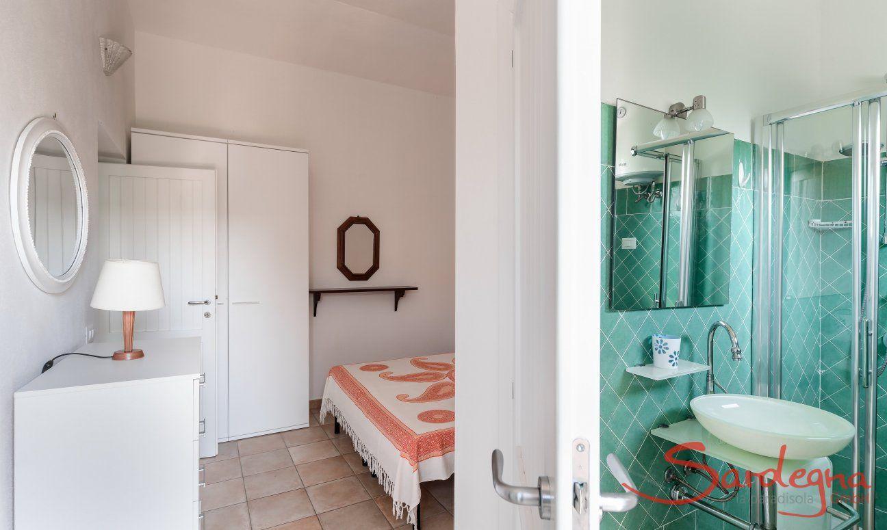 Schlafzimmer 1 und Bad mit Dusche