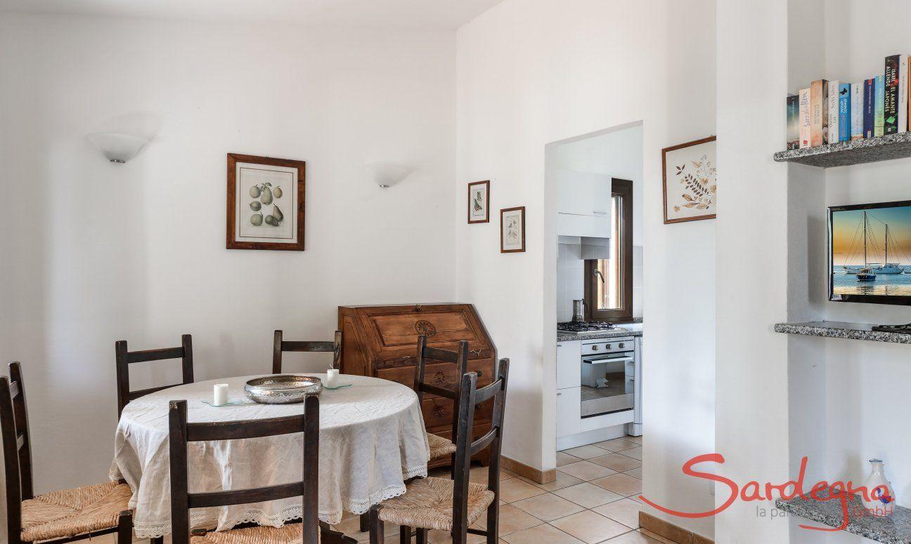 Essbereich innen mit direktem Zugang zur Küche