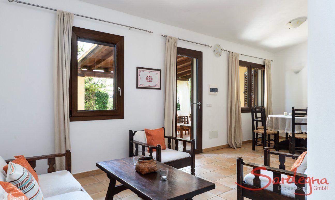 Heller Wohnbereich mit Sofa-Ecke