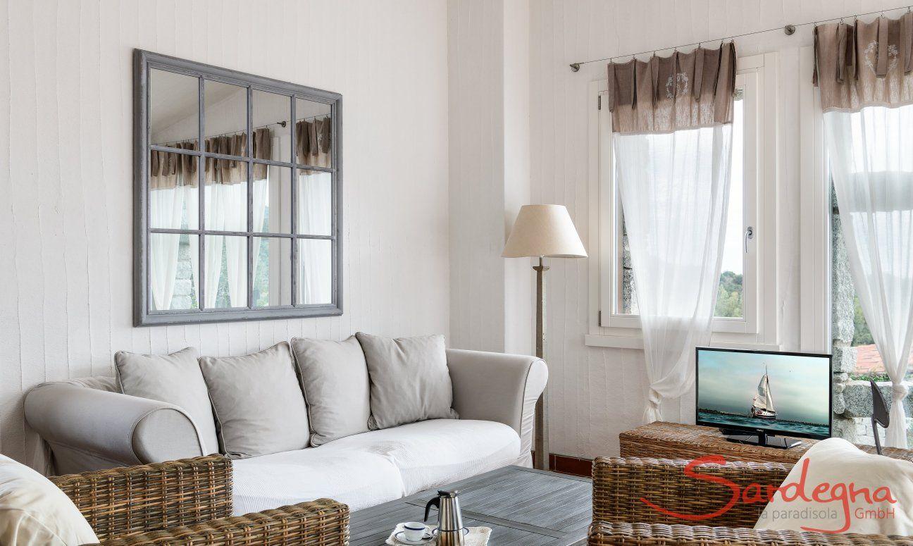 Sofaecke mit Korbmöbeln, Sofatisch und Fernseher