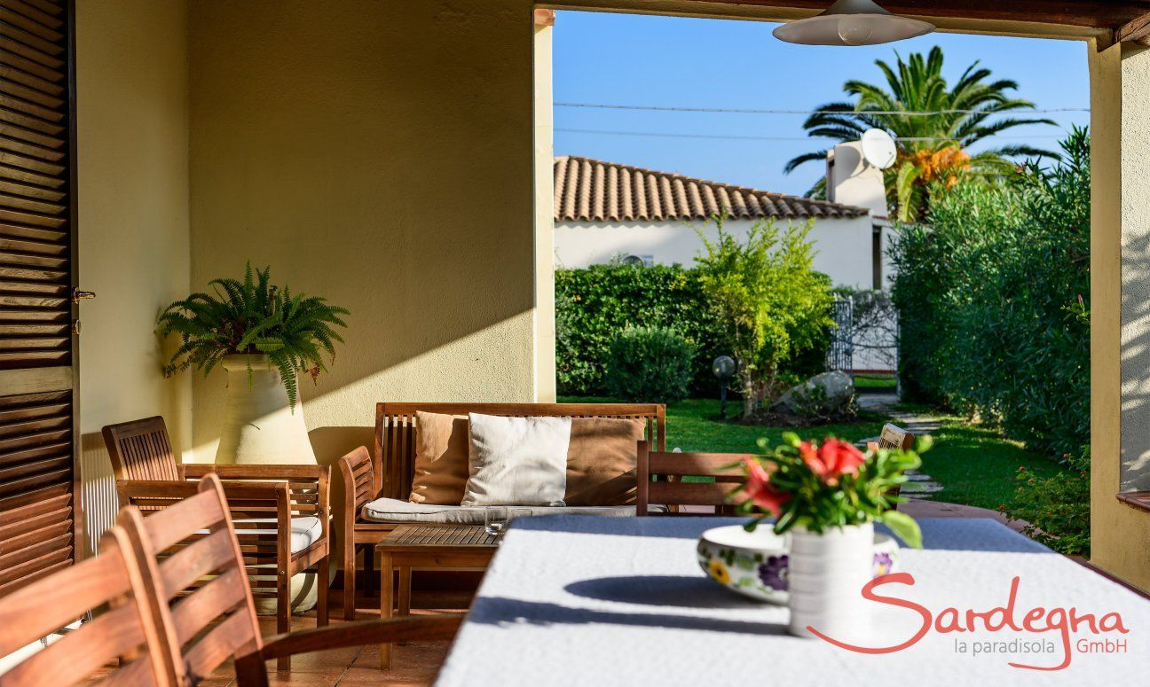 Terrasse mit Essplatz mit Blick in den Garten