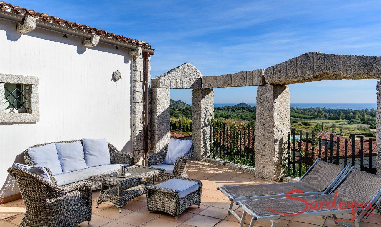 Terrasse mit Aussensofa, Sonnenliegen und Meerblick, Li Conchi 21, Cala Sinzias