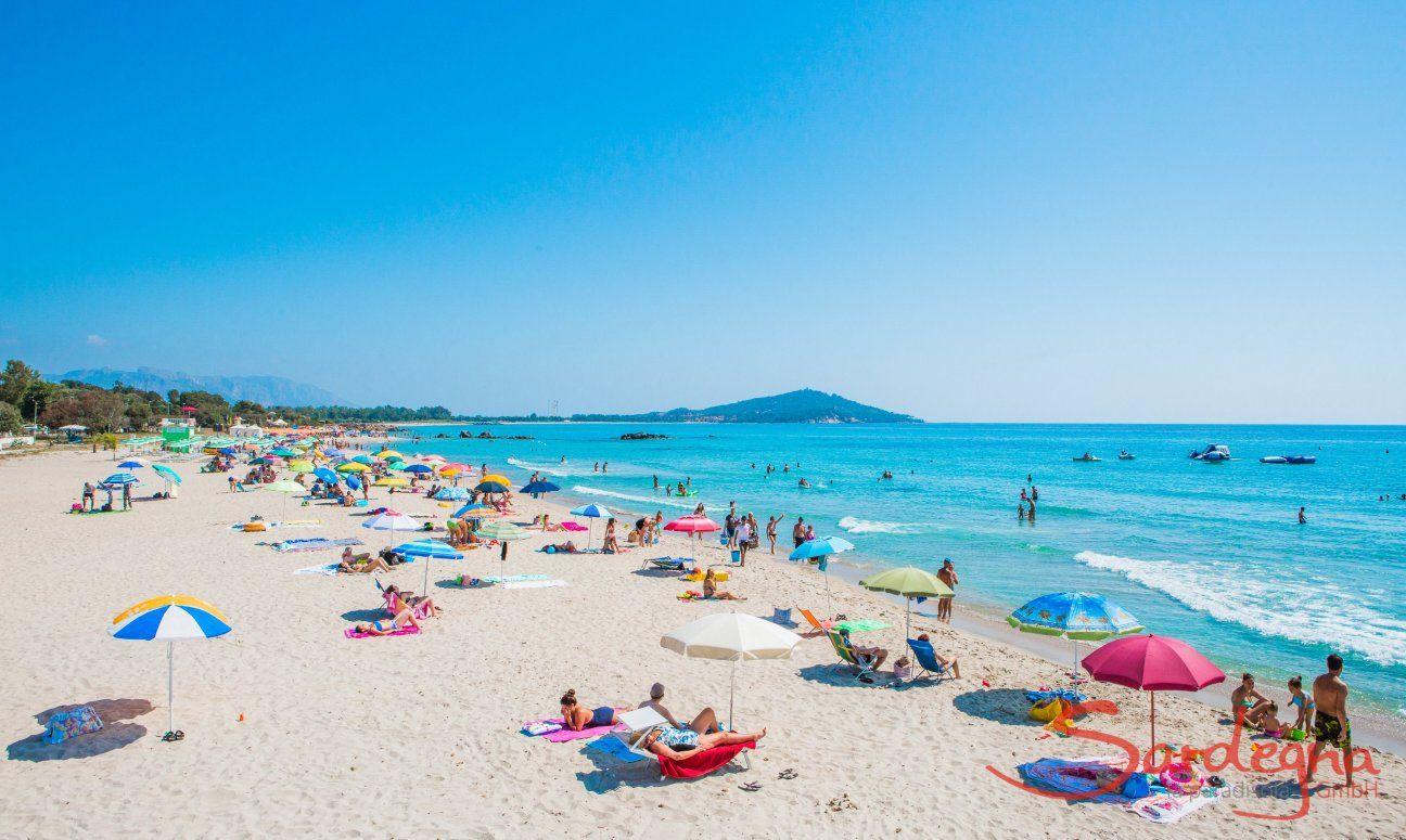 Mäßig besuchter Strand von Orri im Sommer