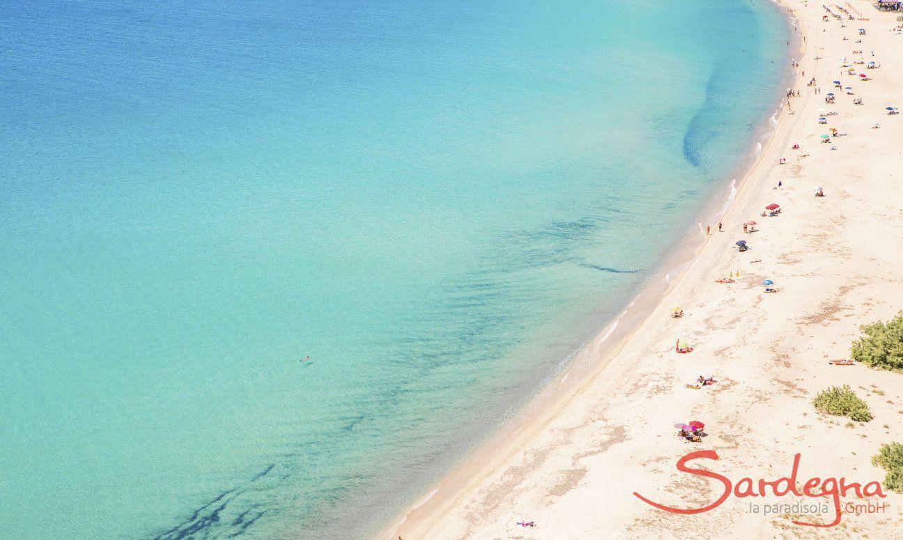 Kontrast des weißen Sandes und des türkisfarbenen Meeres von Solanas