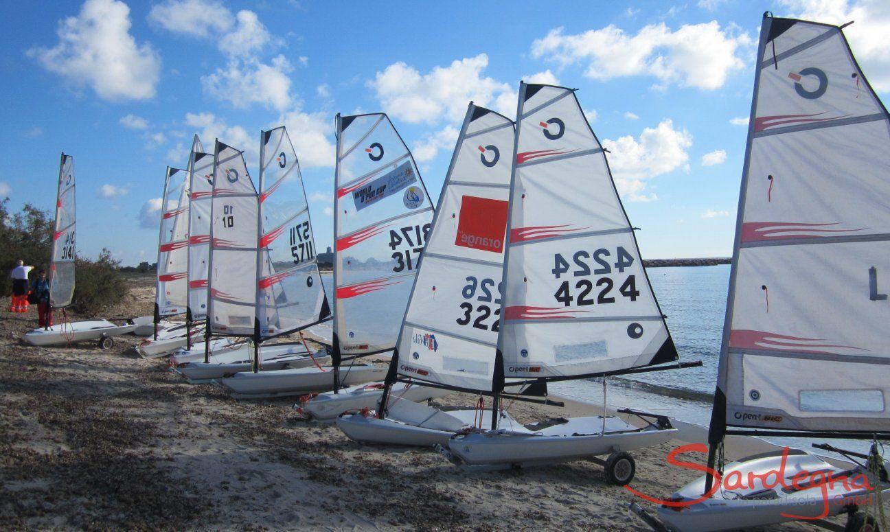 Segelregatta mit Optimisten am Strand von Is Suergius bei Pula