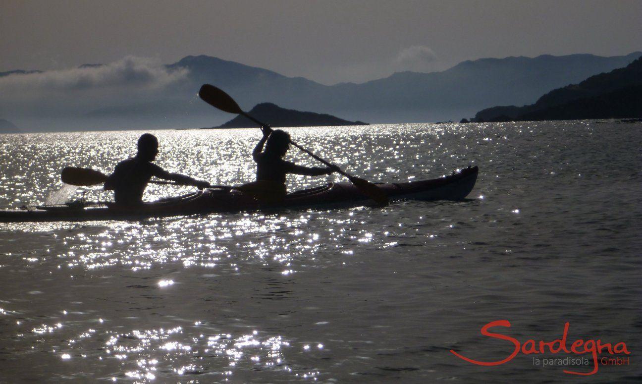 Kayak im Abendlicht der Südküste