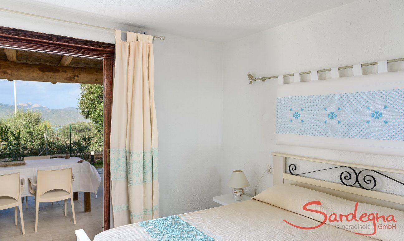 Schlafzimmer mit sardischen Stoffen dekoriert