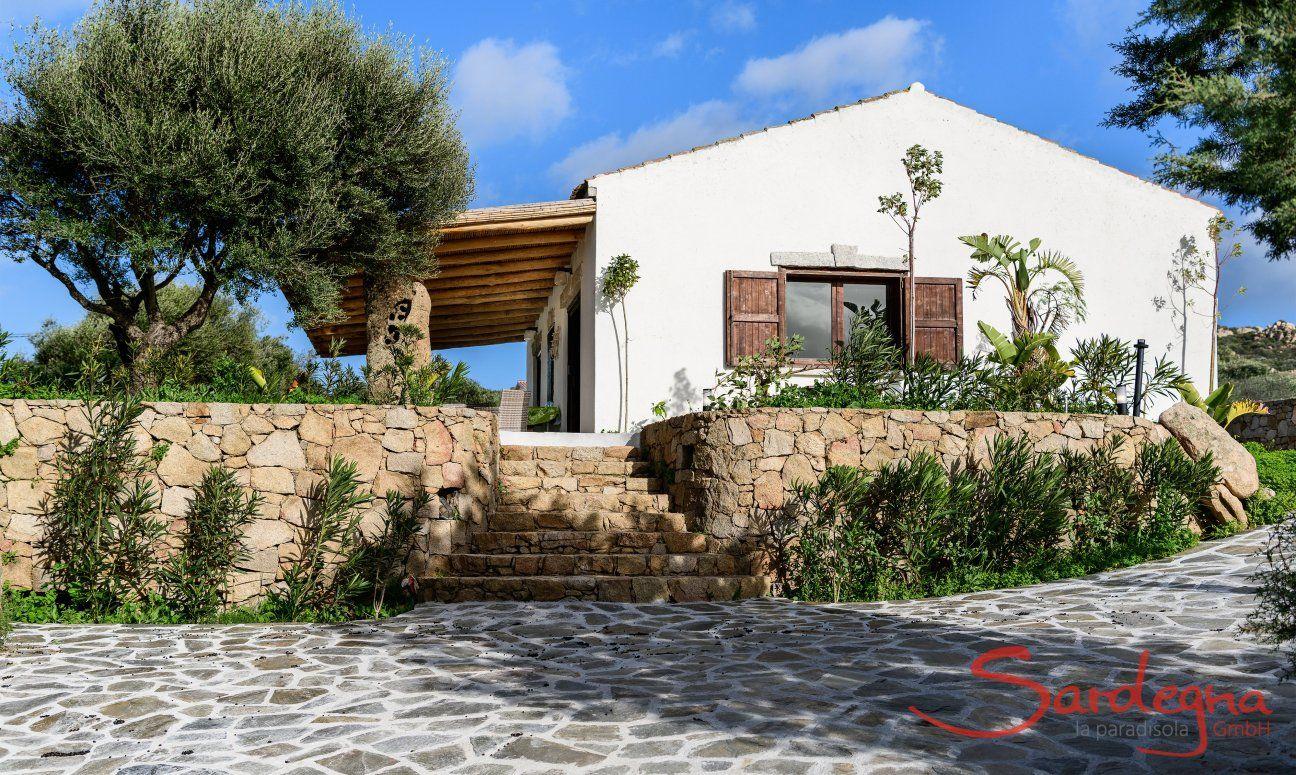 Treppenaufgang aus Stein zur Villa Oleandro