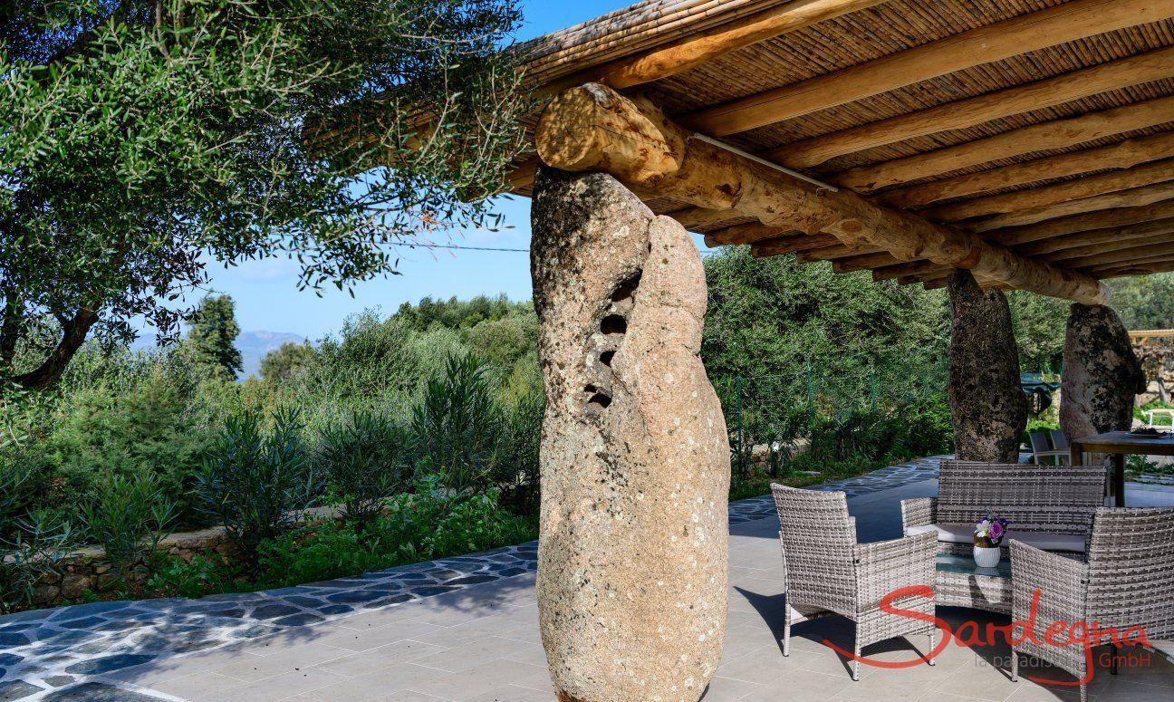 Imposant geformter Granitfelsen als Stütze für das Terrassendach