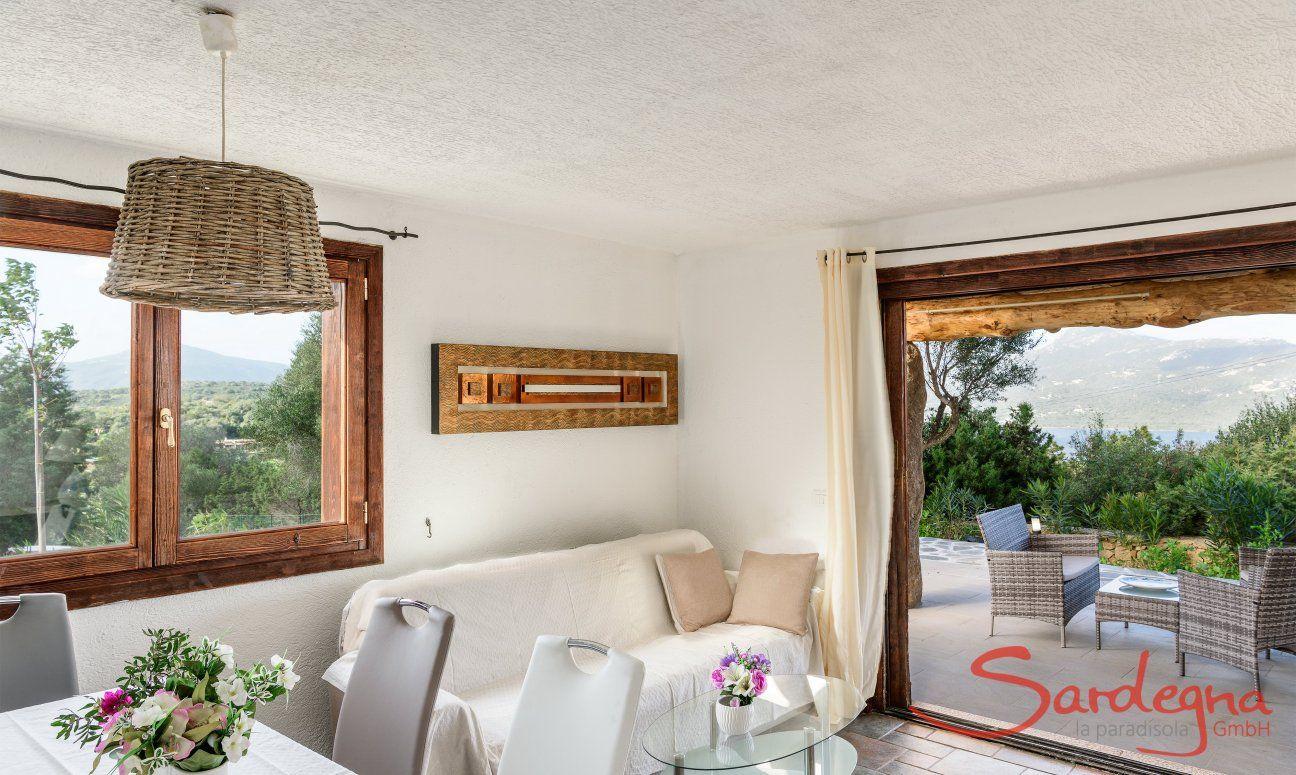 Sofa vor der großen Fenstertür zur Terrasse