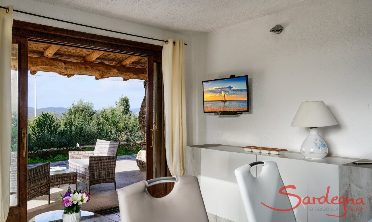 Wohnzimmer mit großer Fenstertür zur Terrasse