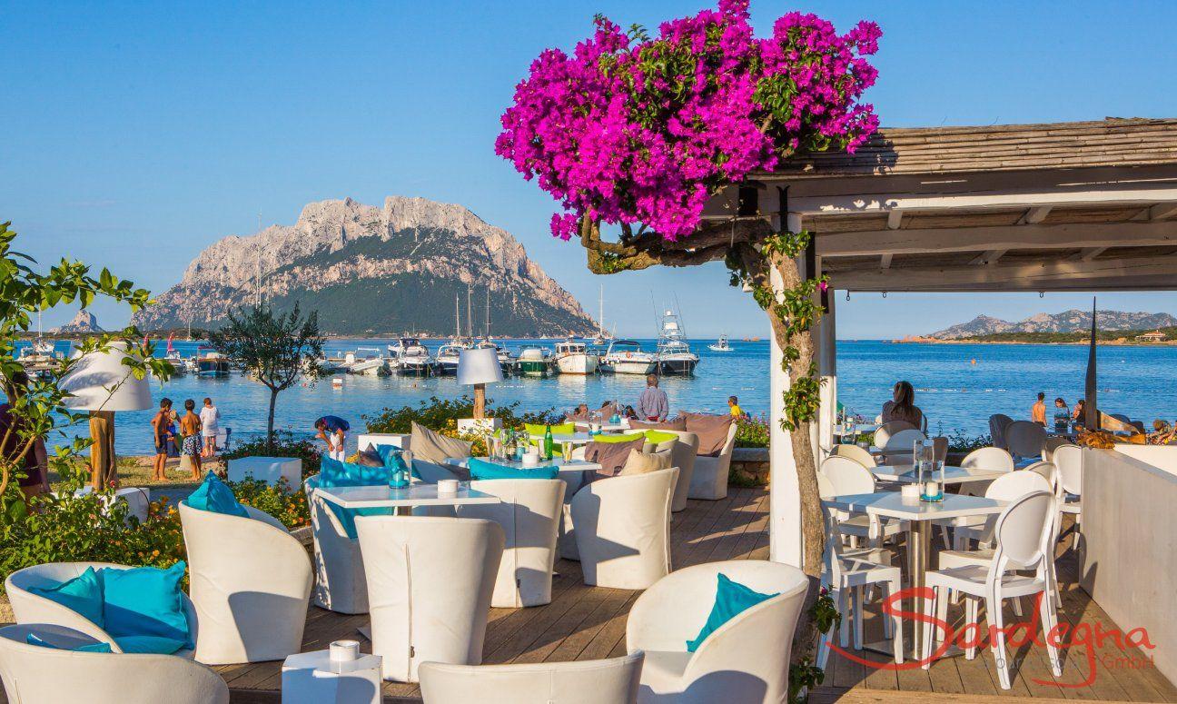 Strand Restaurant in Porto San Paolo,  im Hintergund Boote und die Insel Tavolara