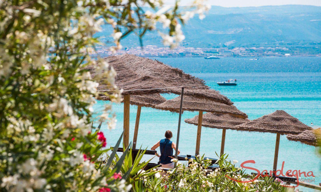 Blick vom Strand Le Bombarde über das Meer bis nach Alghero