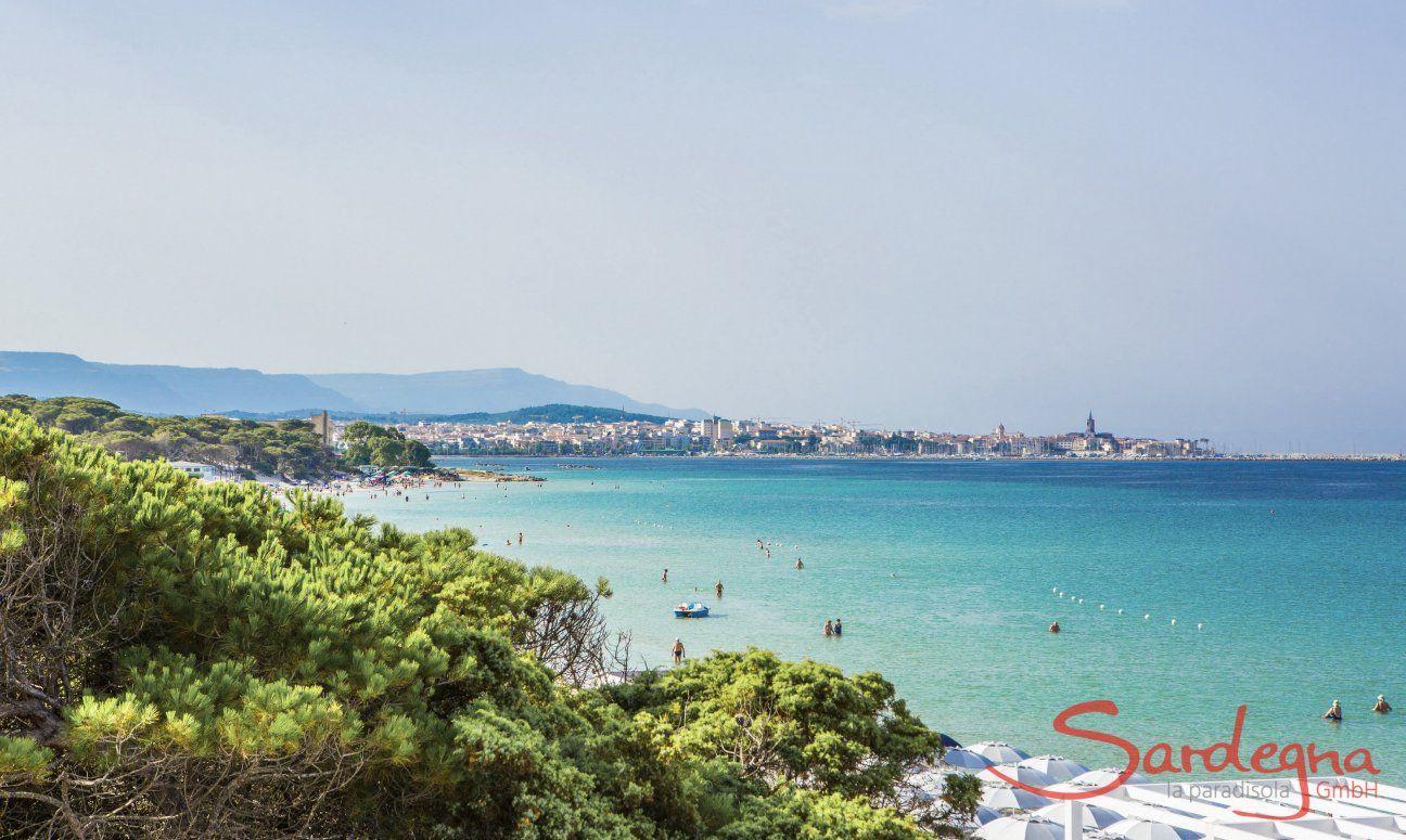 Strand von Maria Pia mit Blick auf Alghero am Horizont