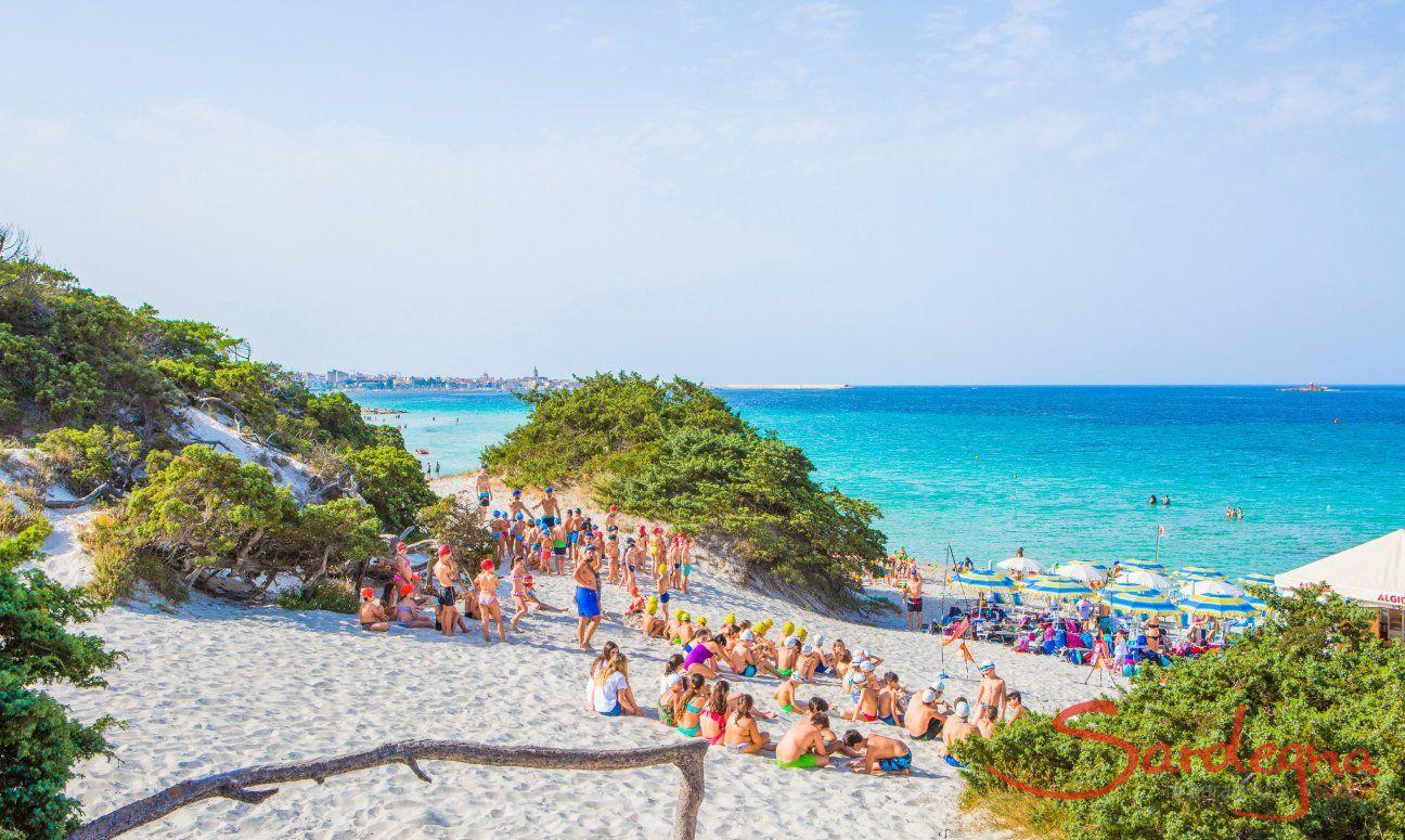 Kinderclub organisiert Spiele am Strand von Maria Pia Alghero