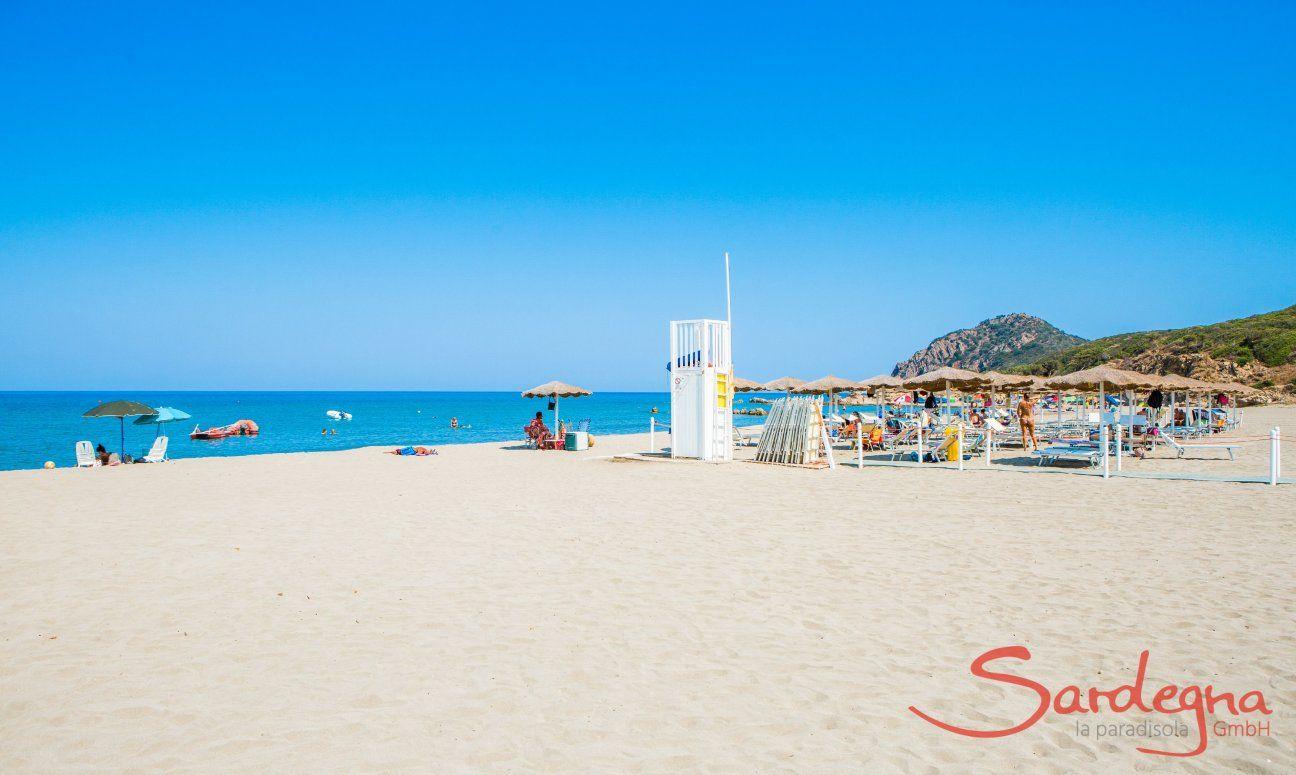 Strandliegenverleih, Lifeguard und Restaurantbar am Strand von Feraxi, Capo Ferrato