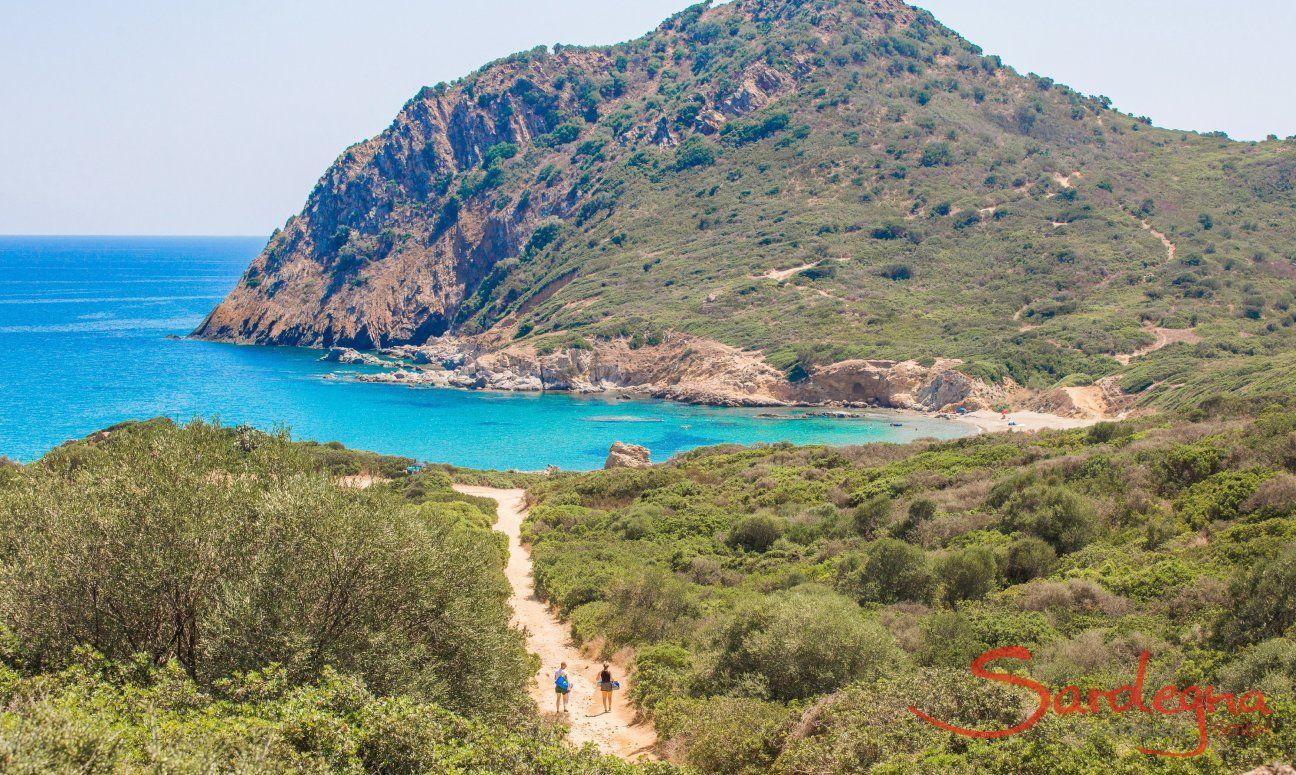 Trampelpfad für Fußgänger zu den Buchten vom Capo Ferrato