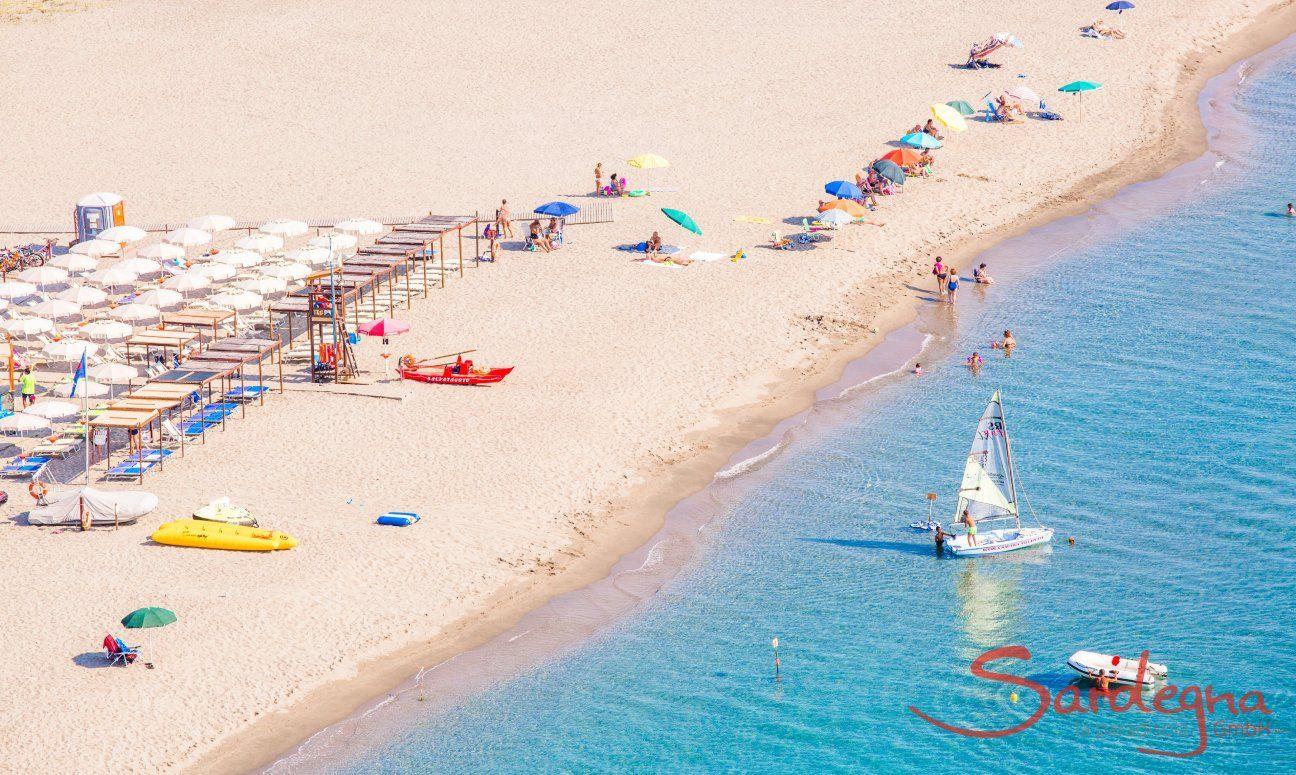 Breiter, weißer Sandstrand mit Sonnenschirmen und -liegen, frei oder zur Miete, Torresalinas