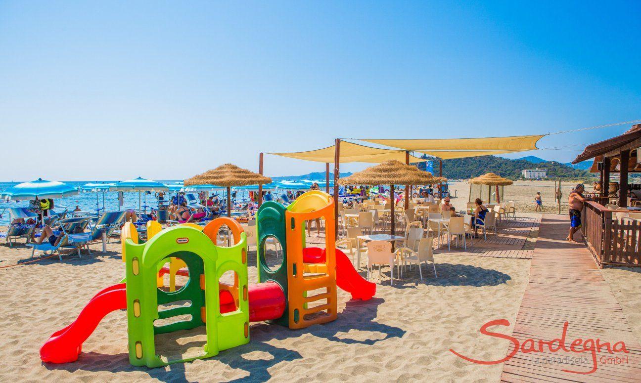 Strandbad und Kinderspielplatz am Strand von Torresalinas