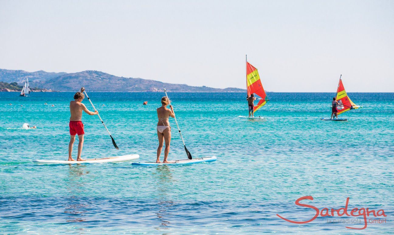 Stand-up paddle und Windsurf am Strand La Cinta, San Teodoro, Olbia