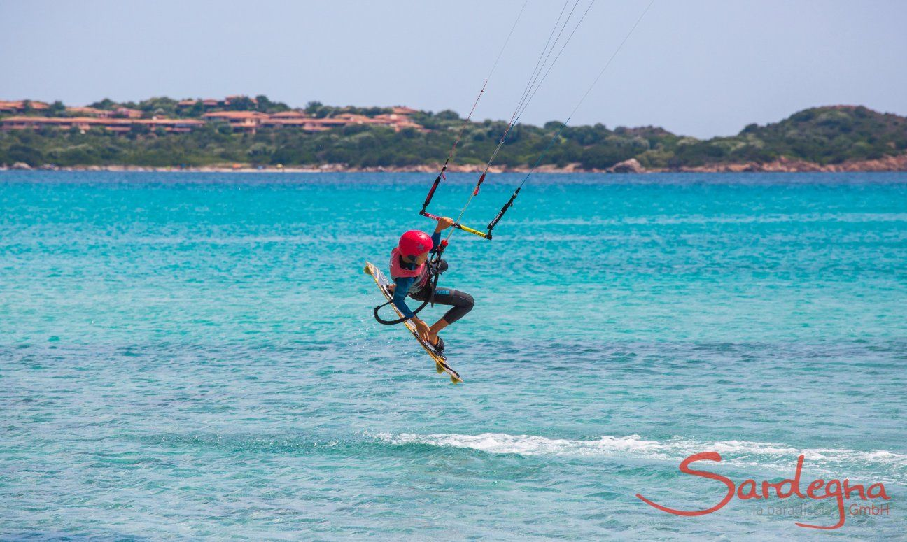 Kitesurfer am Strand La Cinta, San Teodoro, Olbia