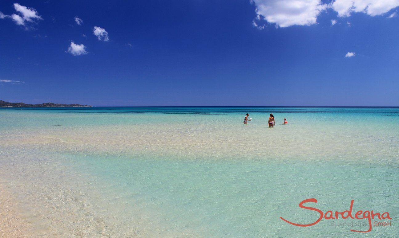 Badegäste im kristallklaren Meer von Cala Sinzias