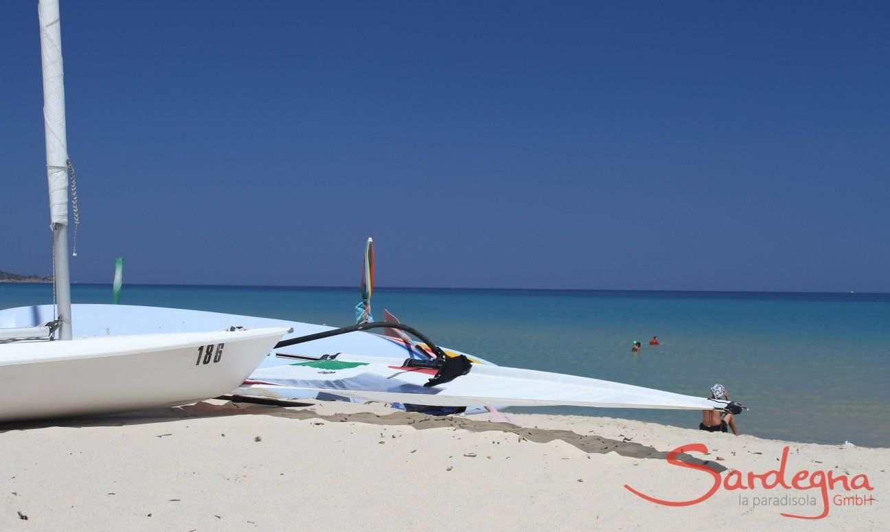 Surfbrett und Laser am Strand von Cala Sinzias