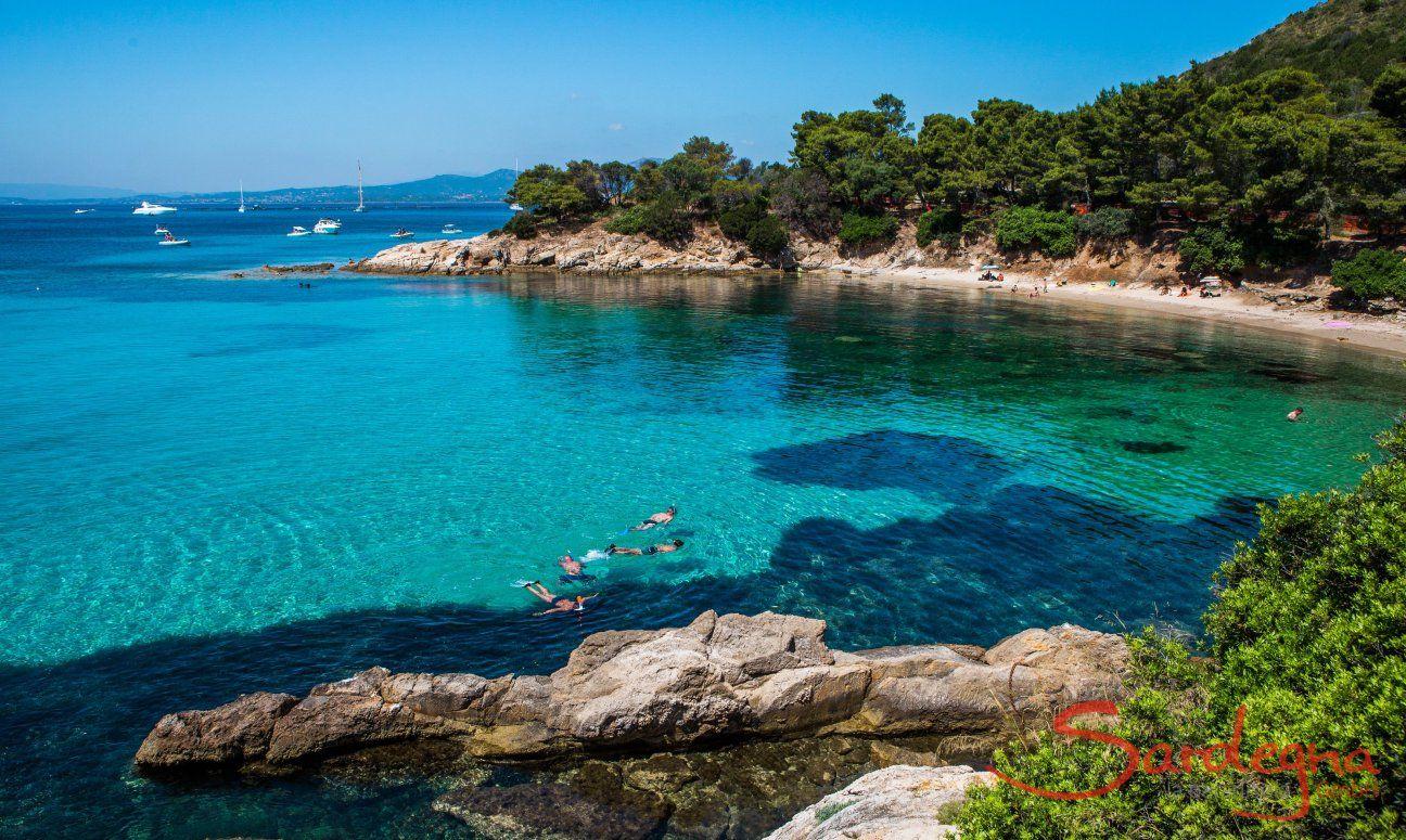 Unglaubliches Farbspiel des Meeres in der Bucht Cala Moresca bei Golfo Aranci