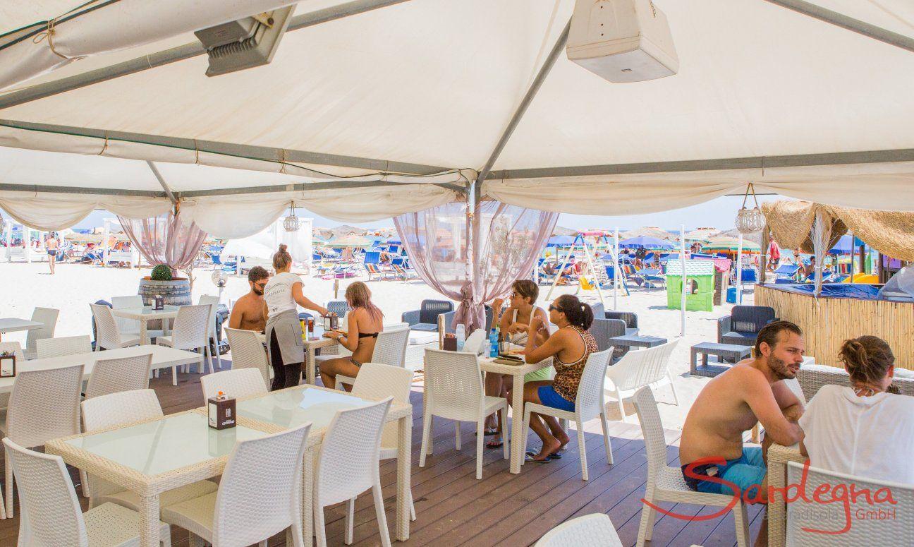 Restaurant am Strand von Costa Rei