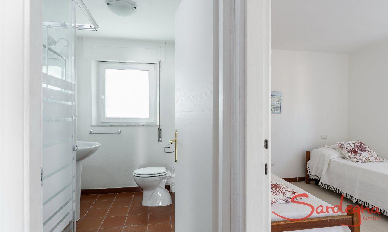 Schlafzimmer mit zwei Einzelbetten und angrenzendes Bad Su Faru 3 Pula