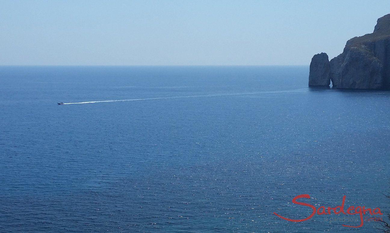 Motorboot auf dem Meer beim charaketristischen Felsen Pan di Zucchero
